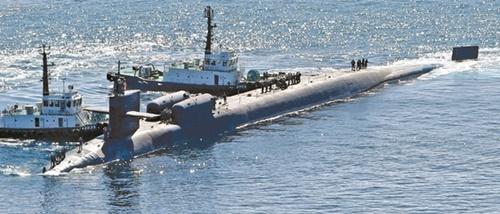 米海軍の原子力潜水艦「ミシガン」が昨年10月13日、釜山に入港している。