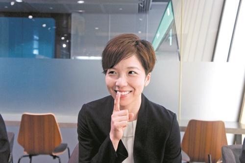 小平奈緒が8日に東京国際フォーラムで中央SUNDAYとインタビューをしながら平昌五輪当時に李相花のレースを邪魔しないため日本のファンらを落ち着かせた「シーッ」の動作を再現して見せた。