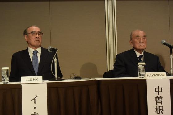 15日、東京で「ソウル国際フォーラム」と「中曽根康弘世界平和研究所」が共同主催した第9回東京-ソウルフォーラムに出席した李洪九(イ・ホング)元首相と中曽根元首相(左から)。