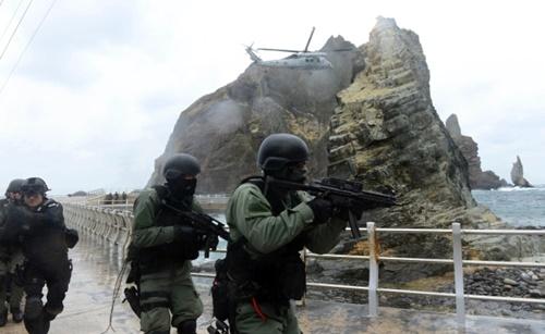 UH-60ヘリコプターを使って独島に上陸した韓国海軍特殊戦部隊(UDT/SEAL)と海洋警察特攻隊の隊員が訓練を行っている様子。(写真提供=韓国海軍)