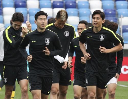 2018ロシアW杯の韓国-スウェーデン戦を翌日に控えた17日(現地時間)、ニジニ・ノヴゴロド・スタジアムで韓国代表の練習が行われた。孫興民(ソン・フンミン)、具滋哲(ク・ジャチョル)らがジョギングをしている。