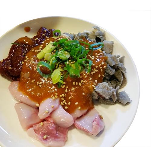 在日同胞の焼き肉屋では、コブクロ(子宮の部分)やセンマイなども食べられる。(写真提供=パク・チャニル)