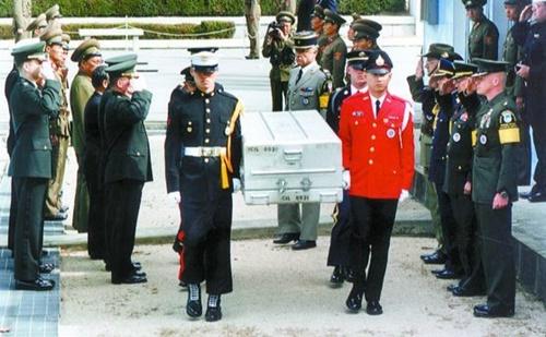 1997年板門店で開かれた米兵遺骸送還行事。この遺骸はハワイの身元確認所に送られた。(写真=中央フォト)