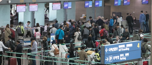 5月、旅行客で混み合う仁川国際空港の出発フロア(中央フォト)