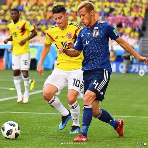 日本代表の本田圭佑(右)(サッカー日本代表のSNS)
