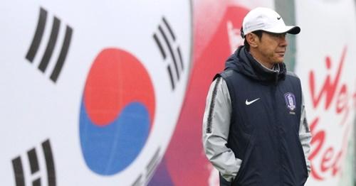 申台龍(シン・テヨン)監督が24日(現地時間)、ロシア・サンクトペテルブルクのスパルタクスタジアムで選手の練習を見ている。