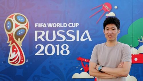 朴智星(パク・チソン)がロストフ・アリーナの2018ロシアW杯エンブレムの前で写真撮影をしている。