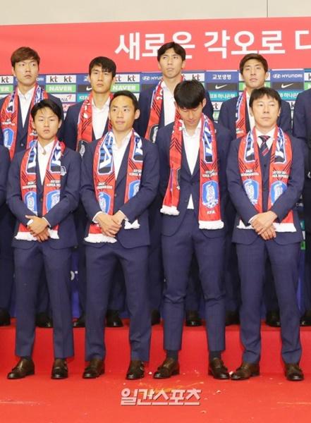韓国代表チームの解団式。選手の前に投げられた卵が見える。