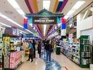 韓国土産の調達場所として人気の「ロッテマート ソウル駅店」。お買い物の途中に韓国グルメを楽しめることをご存知ですか?お店は「KOREAN STREET」と書かれた通路を進むと商品陳列棚の陰からイキナリ現れます。
