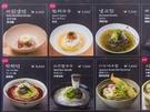 写真付きのメニュー表には日本語も併記されています。食券などは特にないので、それぞれのお店のスタッフに注文すればOK。お会計を済ませたら、料理が出てくるのを待つのみです。