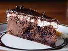 甘酸っぱいチェリーの魅力を堪能したいのなら、チーズケーキ専門店「C27」の人気メニュー「チョコレートチェリー(8,800ウォン)」がおすすめ。なめらかな生クリームがのった濃厚なチョコレート風味のチーズケーキに、アメリカンチェリーのソースが入っています。