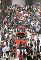 10日午後、釜山BEXCO第1展示場を訪れた「2018釜山国際モーターショー」の観覧客が新たに発売された車両を見学している。