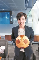 小平が韓国の木材職人サ・グァンソン氏が作った木製のサッカーボールを持ちワールドカップロシア大会での韓日両国の善戦を祈っている。