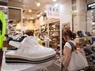 靴の専門店では、サイズやデザインに関係なく全て1万ウォンというお店も! 夏にすっきりと履けるバックストラップの厚底シューズも1万ウォンという安さ!