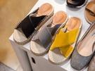 ナチュラルなテイストのスリッパサンダルは韓国女子に大人気。歩きやすいペタンコ靴は、ショッピングや観光の際にもおすすめです。