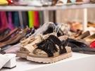 スカートやパンツなど、いろいろなスタイルに合わせられるタッセル付きサンダルなど、豊富なデザインからお気に入りを選べます。