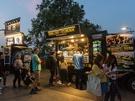 世界各国の食べ物が楽しめるフードトラックが並び、人気店には行列ができるほどです。