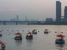 暮れていくソウルの空を眺めながら、漢江でのんびり。