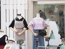 梨花(イファ)女子大のあるこのエリアには、リーズナブルでかわいいアイテムを扱うお店がずらり。韓国では、女子大がある街=プチプラが集まるという場合が多いのです。