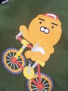 オリーブカラーのTシャツにプリントされているのは、大人気キャラクターの「ライアン」。ストリート系の自転車を乗りこなす姿がキュートです。
