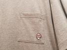 胸ポケットにワンポイントの刺繍が入っているものも。