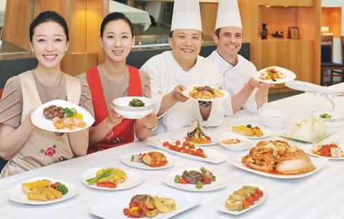 2012年夏の繁忙期を迎えてアシアナ航空が新しい機内食を公開すると明らかにした。(写真提供=アシアナ)
