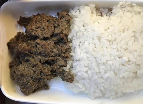 「プルコギ定食」だが、肉と米飯だけが入ったアシアナ航空の機内食。(写真=アシアナ航空匿名チャットルーム)