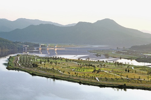 韓国政府が11日、海洋レジャー観光活性化計画を発表した。李明博政府は川を、朴槿恵政府は山を観光資源として育成するとした。写真は慶尚北道尚州(キョンサンブクド・サンジュ)の洛東江(ナクトンガン)。(写真=中央フォト)