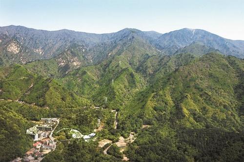 韓国政府が11日、海洋レジャー観光活性化計画を発表した。李明博政府は川を、朴槿恵政府は山を観光資源として育成するとした。写真はケーブルカー論争が熱かった雪岳山(ソラクサン)。写真=中央フォト)