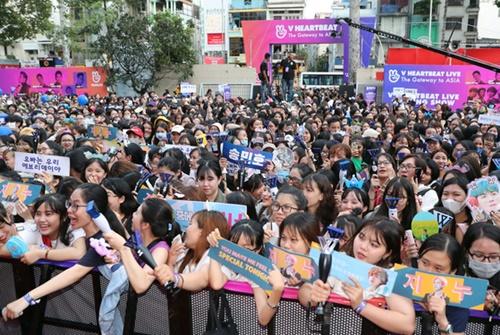ベトナムの韓流ファンが人だかりを作っている。(写真=中央フォト)