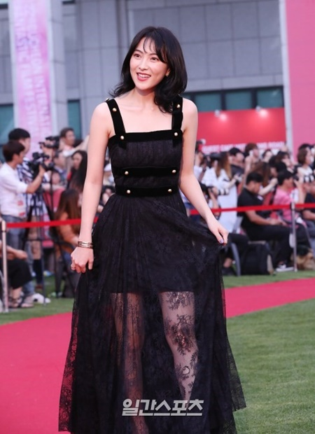 12日午後、京畿道富川市富川市庁芝広場で開かれた「第22回富川国際ファンタスティック映画祭」開幕式のレッドカーペット行事に登場した女優の知英。