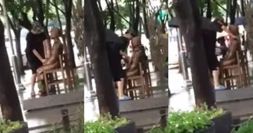 大邱中区2・28記念公園に設置された平和の少女像を触っている男性。(写真=フェイスブック『リアルタイム大邱』)