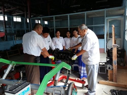 2016年5月からミャンマーで働いているKOICAワールドフレンズ奉仕団員イ・ハングク氏がピイ大学の実習室で教授にエンジン分解過程を見せている。(写真=KOICA提供)