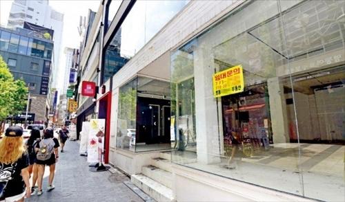 韓国国内で公示地価と賃貸料が最も高いソウル明洞(ミョンドン)の4階建てビルがまるごと空いている。隣のビル1階も店が入っていない。中国人観光客の減少、最低賃金の引き上げなどの影響で空き店舗が急増している。