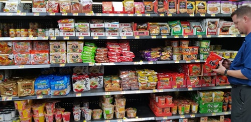 昨年8月、農心の辛ラーメンは韓国の食品では初めて米ウォルマート全店(全4962店)で販売されることになった。ウォルマートが米国全域で販売する食品はコカコーラ・ネスレ・ペプシ・ケロッグ・ハインツなど世界的な食品ブランドだけだ。写真はロサンゼルス近隣ウォルマート店のラーメンコーナー。