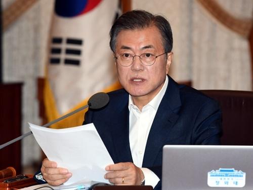 文在寅大統領が24日午前、青瓦台で開かれた国務会議で発言している。(青瓦台写真記者団)