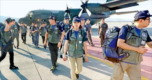 ラオスのセピアン・セナムノイダム事故被害地域に投入され医療活動をする大韓民国緊急救護隊(KDRT)の隊員が29日、軍輸送機に乗るためソウル空港の滑走路に入っている。(写真=共同取材団)