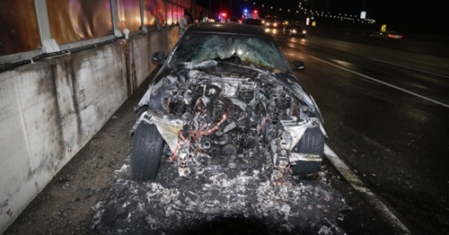 23日午前0時10分ごろ、仁川市南洞区のソウル外郭循環高速道路長寿ICから一山方面に1キロ離れた地点を走行していたBMW520d乗用車から出火し、20分後に鎮火した。(写真=仁川消防本部)