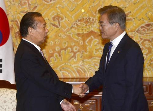 文在寅(ムン・ジェイン)大統領が昨年6月、青瓦台(チョンワデ、大統領府)で日本首相の特使として訪韓した二階俊博自民党幹事長と握手している。(写真=青瓦台写真記者団)
