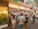 手打ち麺をリーズナブルな価格で提供する「ホンドゥッケソンカルグッス」は、望遠市場の中にあるお店。お昼の時間帯には行列ができるほどの人気ぶりです。