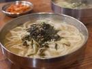 人気の秘密は、魚介系のスープと、店内で手作りしているモチモチ麺がマッチした看板メニュー「カルグッス」!さっぱりとした味わいが食欲をそそります。