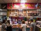「キュスタッカンジョンチキン」は、韓国式唐揚げを販売する専門店。種類豊富なソースにからめられた出来立てのから揚げは絶品で、韓国の人気バラエティ番組でも紹介されたほど。
