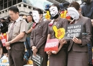 アシアナ職員が8日、ソウル光化門広場で開かれた「アシアナ航空経営陣糾弾文化祭」に先立ち、亡くなった機内食関連会社の代表に対して黙祷を捧げている。