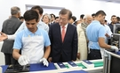 文在寅(ムン・ジェイン)大統領が9日、インド・ニューデリーにあるサムスン電子新工場を見学している。(写真=中央フォト)