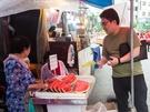 市場内では、スイカやパイナップルなどのカットフルーツ(1,000ウォン~)を売っているおばあさんも。休憩がてら、甘いスイカをほおばってみるのも良いかもしれません。