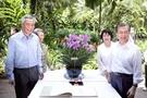 韓国の文在寅大統領夫妻とシンガポールのリー・シェンロン首相夫妻が12日(現地時間)、シンガポール植物園で開かれた蘭命名式で記念撮影に臨んでいる。蘭命名式はシンガポール政府が貴賓に対する歓待と礼遇の意味を込めて、新しく培養した蘭の種に貴賓の名前を付ける行事で、韓国大統領の出席は今回が初めて。