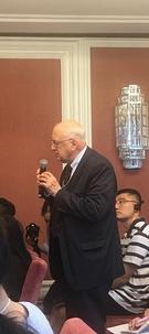 14日に北京精華大が主催した第7回世界平和フォーラム韓中関係セッションでステープルトン・ロイ元駐中米国大使がフロアで中国側の専門家に質問している。