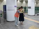 混乱防止のため、初日の駅構内には多数の案内員が。もし困ったことがあれば助けを求めるのもひとつの手です(市民ボランティアのため韓国語対応の方が大部分)。