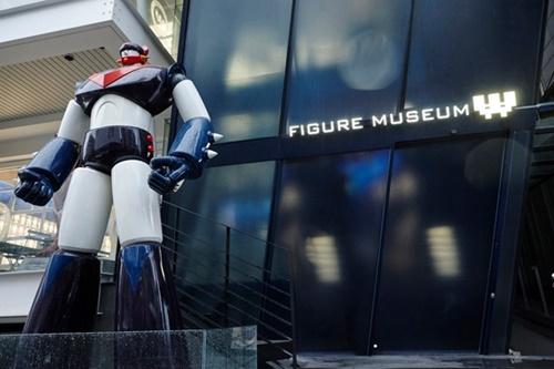 韓国にあるフィギュアやおもちゃをテーマにしたテーマパーク型ミュージアム「フィギュアミュージアムW」の入口には高さ3メートルのロボット「テコンV」の大型フィギュアが訪問客を迎えている。〔写真提供=パク・コンサン(プロジェクト100)〕