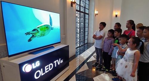 フィリピン国立博物館に寄贈された韓国LGエレクトロニクスの新製品「LGシグニチャーOLED TVW」。